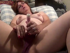 Dildo fucking her pussy on webcam