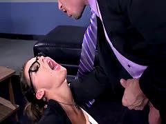 Secretaria sumisa da garganta profunda