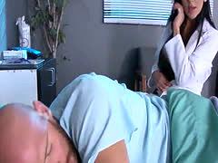 Enfermera tetona chorreada en la cara